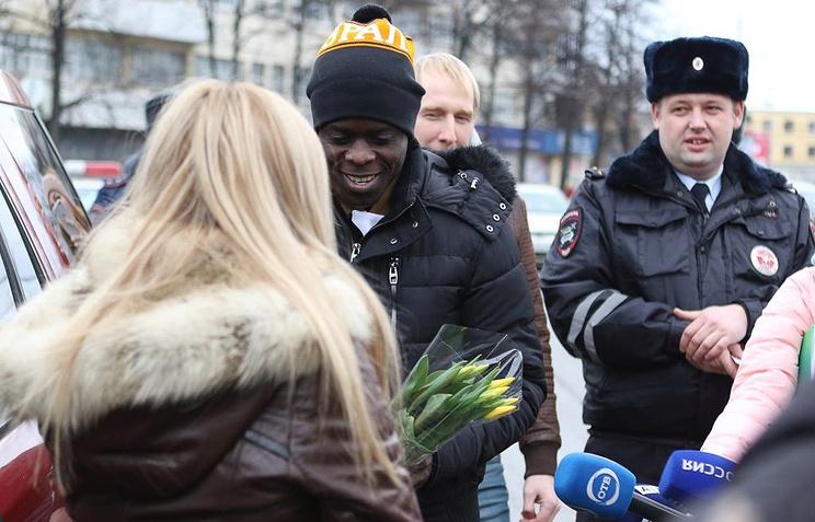 Игрок «Урала» сгаишниками «выписал» девушкам цветы вместо штрафов
