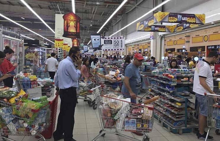 Жители Дохи запасаются продуктами в супермаркете, 5 июня 2017 года
