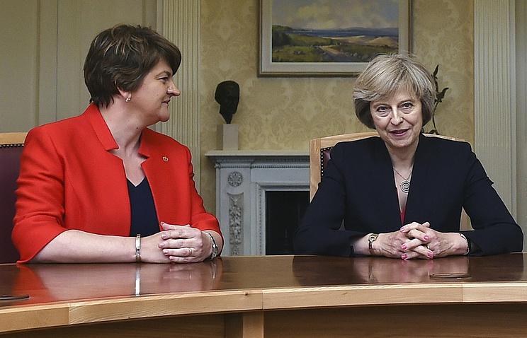 Первый министр Северной Ирландии, лидер ДЮП Арлин Фостер и премьер-министр Великобритании Тереза Мэй