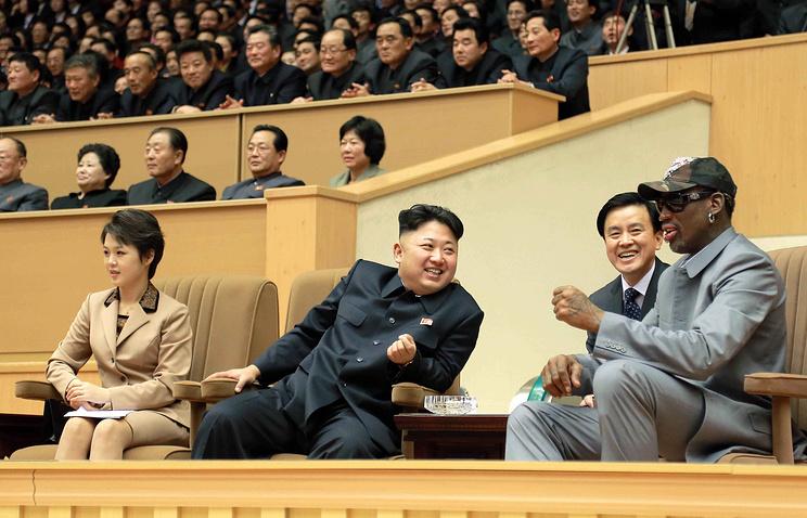 Лидер КНДР Ким Чен Ын (в центре) и Деннис Родман во время визита экс-баскетболиста в январе 2014 года