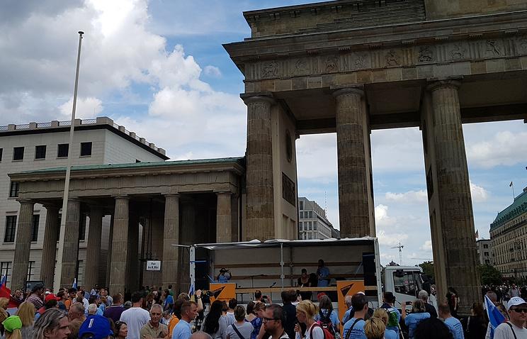 Автопробег Берлин - Москва стартовал у Бранденбургских ворот - Общество - ТАСС