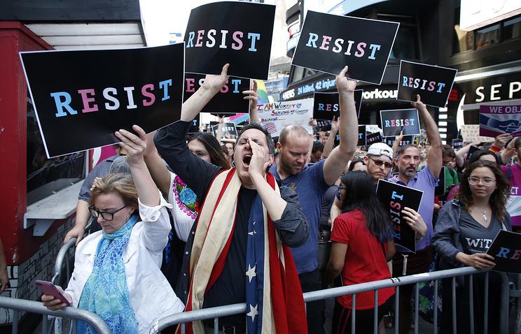 Люди протестуют против заявления президента США Дональда Трампа о том, что трансгендерам не разрешат служить в вооруженных силах США, Нью-Йорк, 26 июля