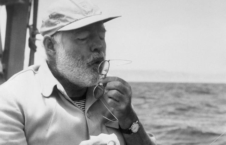 """Эрнест Хемингуэй на борту яхты """"Пилар"""" во время рыбной ловли у берегов Кубы, 1958 год"""