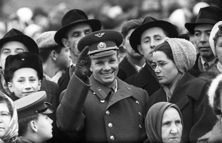 Юрий Гагарин с женой Валентиной Гагариной, 1961 год