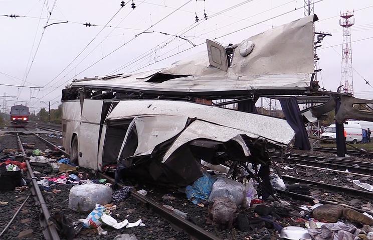 На месте столкновения пассажирского автобуса и поезда на железнодорожном переезде
