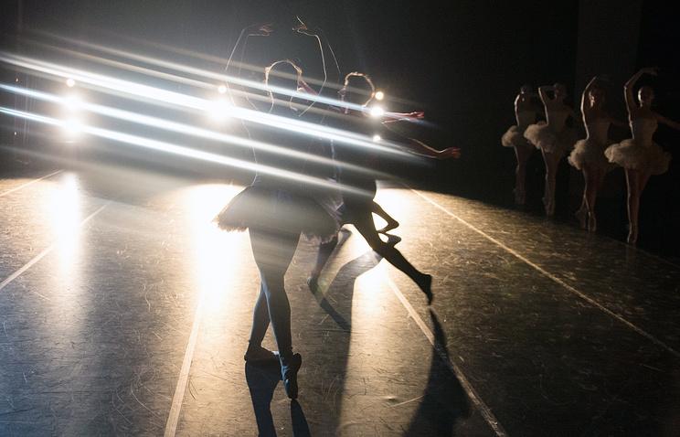 """Артисты балета в сцене из постановки """"Занавес"""" в Екатеринбургском театре оперы и балета"""