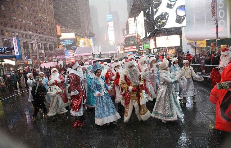 Сотни Дедов Морозов иСнегурочек прошлись поМанхэттену