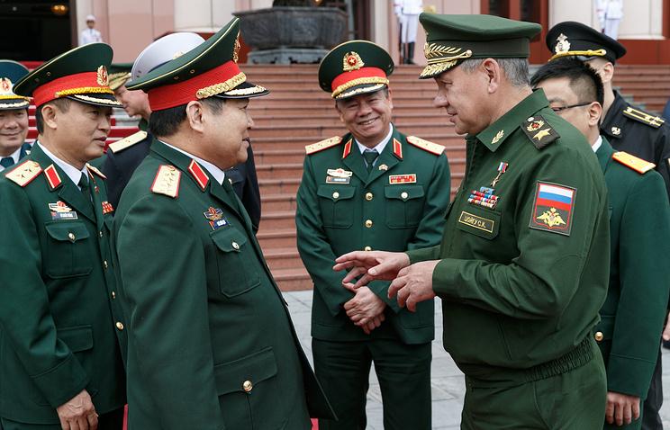 Министр обороны Вьетнама Нго Суан Лить (второй слева) и министр обороны РФ Сергей Шойгу (справа)