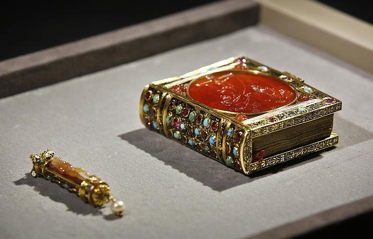 Лувр заканчивает сбор средств напокупку часослова короля Франциска Первого