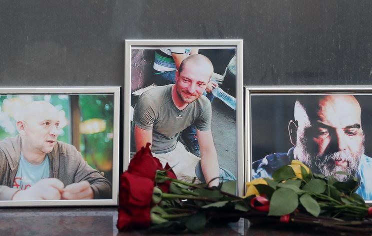 Цветы у Дома журналиста в память о троих убитых в Центральноафриканской Республике журналистах Александре Расторгуев, Кирилле Радченко и Орхане Джемале