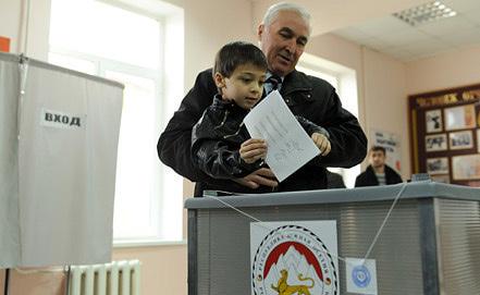 Леонид Тибилов с внуком. Фото ИТАР-ТАСС
