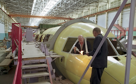 "Ан-140 в сборочном цехе завода ""Авиакор"", фото ИТАР-ТАСС"