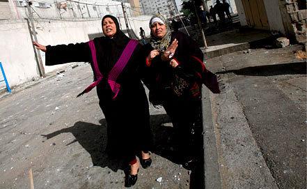 Палестинские женщины на одной из улиц Газы. Фото ЕРА/ИТАР-ТАСС
