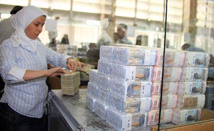 Сирийские фунты. Фото EPA/ИТАР-ТАСС