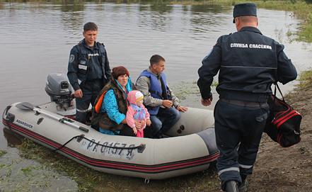 Сотрудники МЧС во время спасательных работ. Фото ИТАР-ТАСС/ Пресс-служба ГУ МЧС России