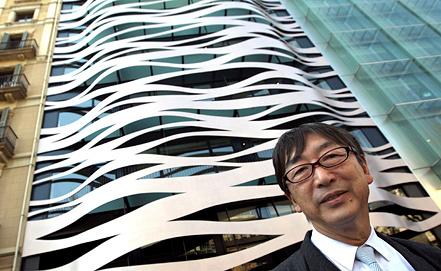 Тойо Ито рядом с проектированным им зданием в Барселоне, Испания. Фото EPA/ИТАР-ТАСС