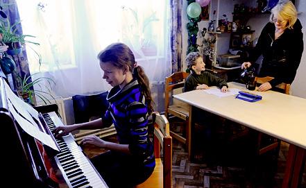 """SOS-мама во время занятий с детьми в одном из домов в """"Детской деревне"""". Фото ИТАР-ТАСС"""