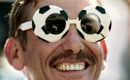Представитель ЛГБТ-сообщества на футболе Фото EPA/LEO LA VALLE
