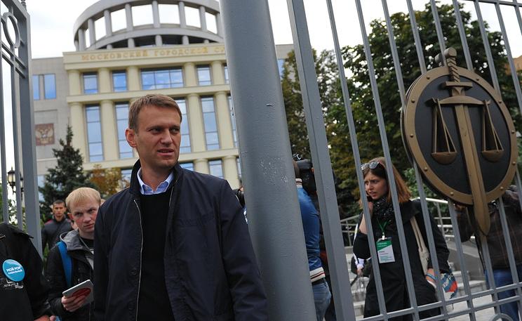 Алексей Навальный у Мосгорсуда. Фото ИТАР-ТАСС/ Антон Новодережкин