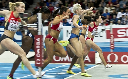 Тезджан Наимова /в центре/ выигрывает забег. Фото EPA/BJORN LARSSON ROSVALL