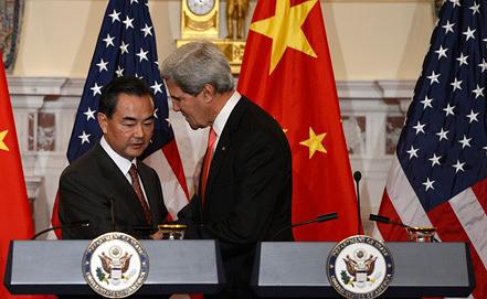 Министр иностранных дел КНР Ван И и госсекретарь США Джон Керри. Фото EPA/SHAWN THEW