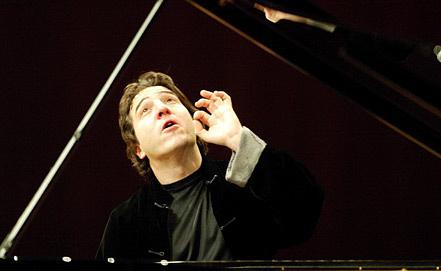 Турецкий пианист и композитор Фазыл Сай. Фото EPA/URS FLUEELER