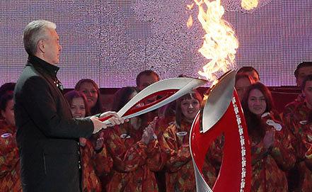 Мэр Москвы Сергей Собянин зажигает чашу олимпийского огня. Фото ИТАР-ТАСС/ Михаил Метцель