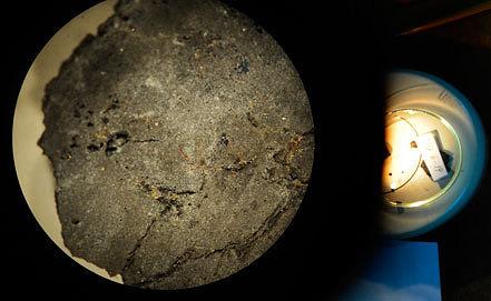 Исследование фрагмента метеорита в Институте геохимии и аналитической химии им. Вернадского в Москве. Фото ИТАР-ТАСС/Станислав Красильников