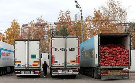Фуры с овощами на овощебазе в Бирюлево. Фото ИТАР-ТАСС/ Михаил Метцель