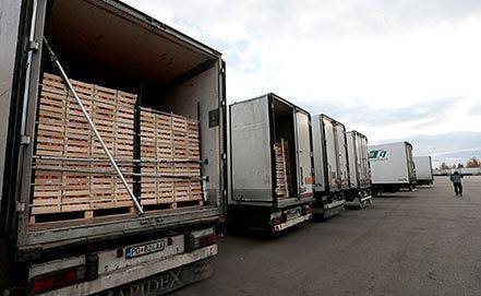 Фуры с продуктами на овощебазе в Бирюлево. Фото ИТАР-ТАСС/Михаил Метцель