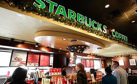 Кофейня Starbucks в Нью-Йорке. Фото AP Photo/Mark Lennihan