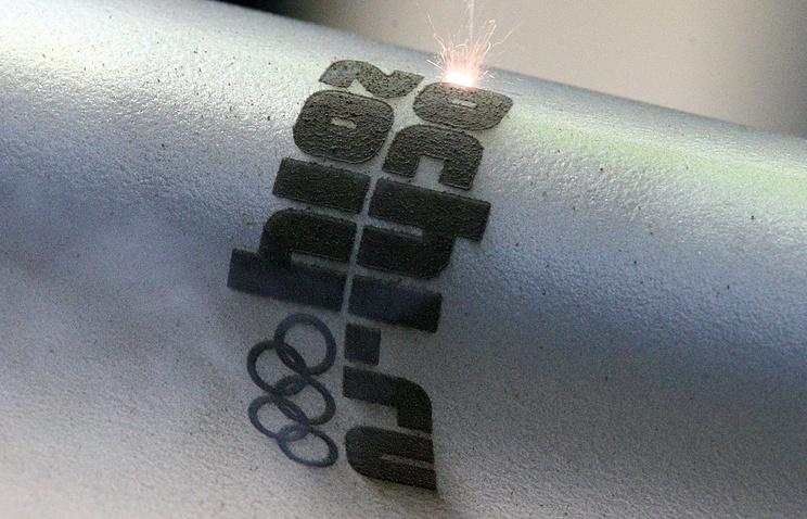 Гравировка на факеле Олимпийских игр в Сочи