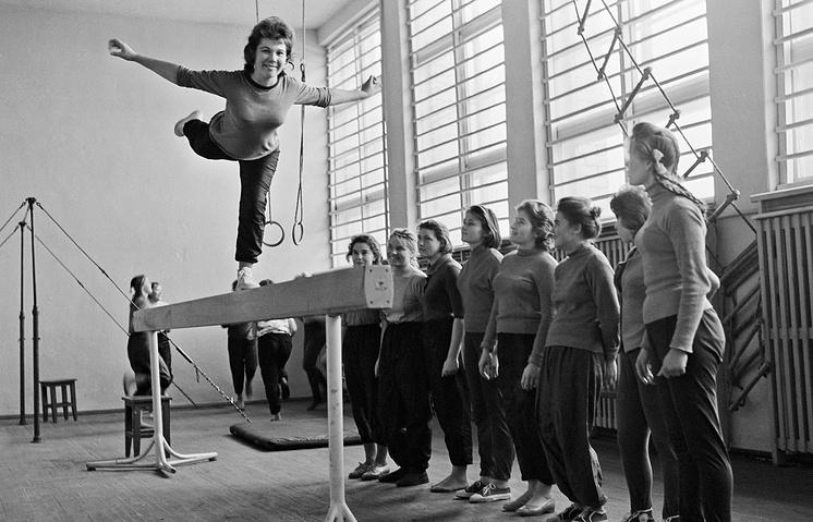 В гимнастическом зале, 1963 год