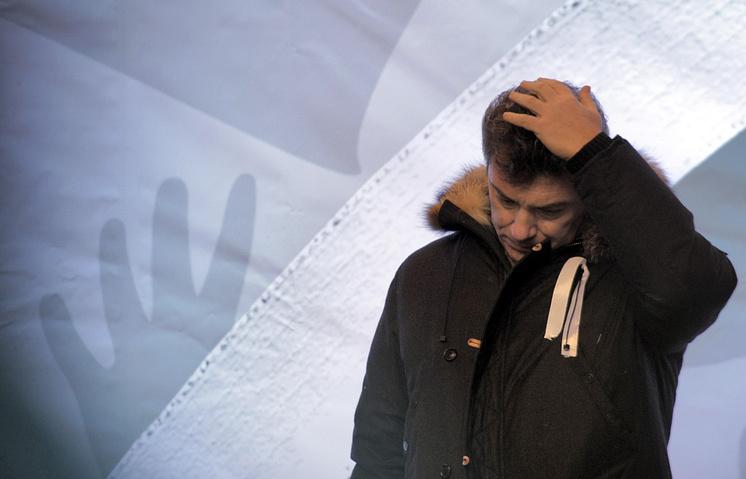 """Борис Немцов во время митинга оппозиции """"За честные выборы"""" на проспекте Сахарова, 2011 год"""