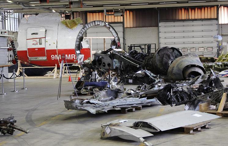 """Осмотр обломков """"Боинга"""" на голландской военно-воздушной базе Гилзе-Рейен"""