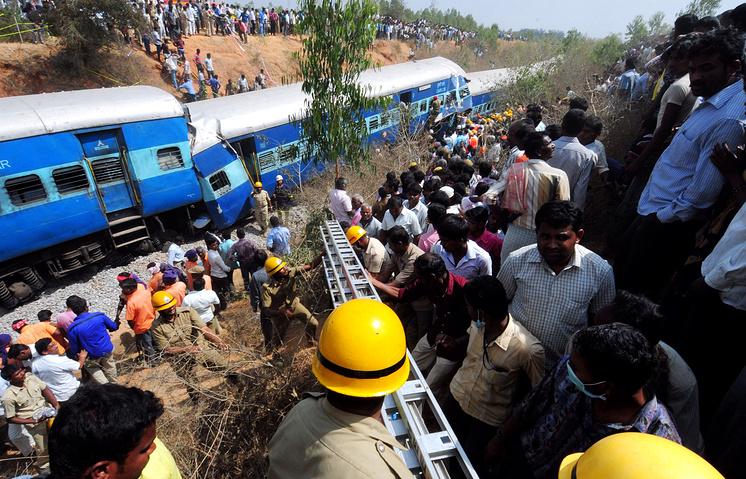Спасатели работают на месте аварии на железной дороге в районе Анекале, в 48км от Бангалор, Индия