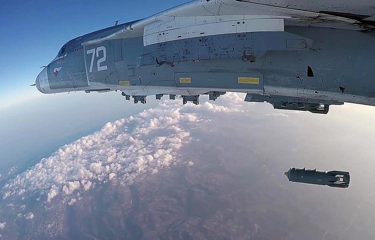 Российский фронтовой бомбардировщик Су-24М во время боевого вылета с аэродрома Хмеймим