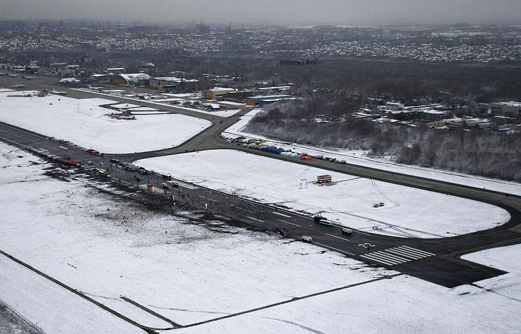 Вид на взлетно-посадочную полосу аэропорта, где при посадке разбился пассажирский самолет Boeing 737-800
