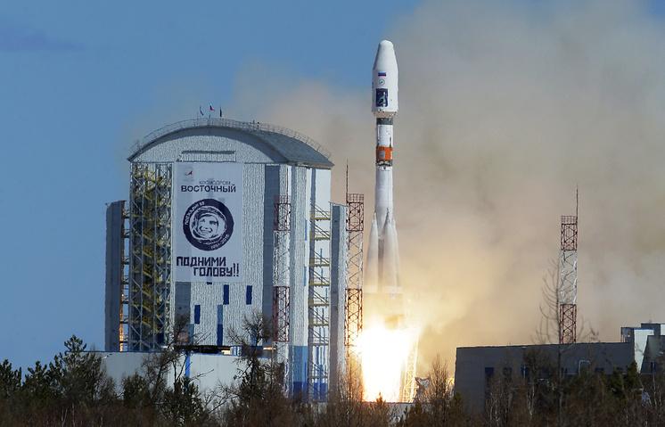 """Ракета-носитель """"Союз-2.1а"""" с российскими космическими аппаратами """"Ломоносов"""", """"Аист-2Д"""" и SamSat-218 во время запуска со стартового комплекса космодрома Восточный"""