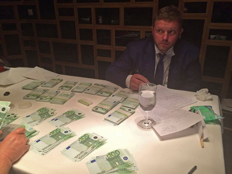 Никита Белых во время задержания при получении взятки в 400 тысяч евро