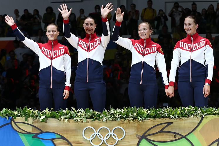 Юлия Гаврилова (вторая справа) во время церемонии награждения на Олимпийских играх в Рио-де-Жанейро