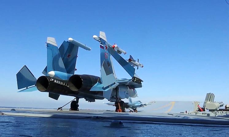"""Истребитель Су-33 во время боевого вылета с палубы тяжелого авианесущего крейсера """"Адмирал Кузнецов"""""""