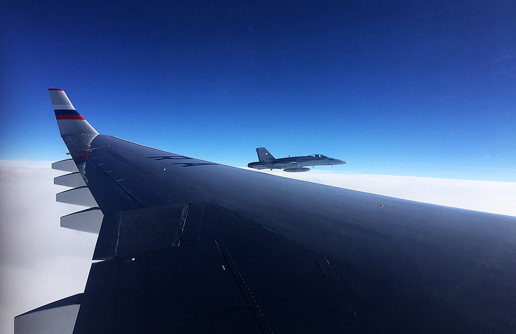 Самолет швейцарских ВВС во время сопровождения спецборта РФ, направляющийся на саммит АТЭС в Лиму