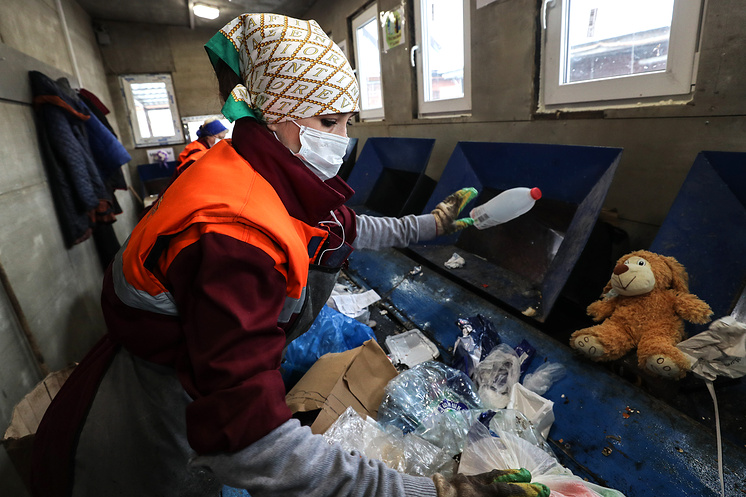 Сотрудницы предприятия по сортировке и переработке мусора