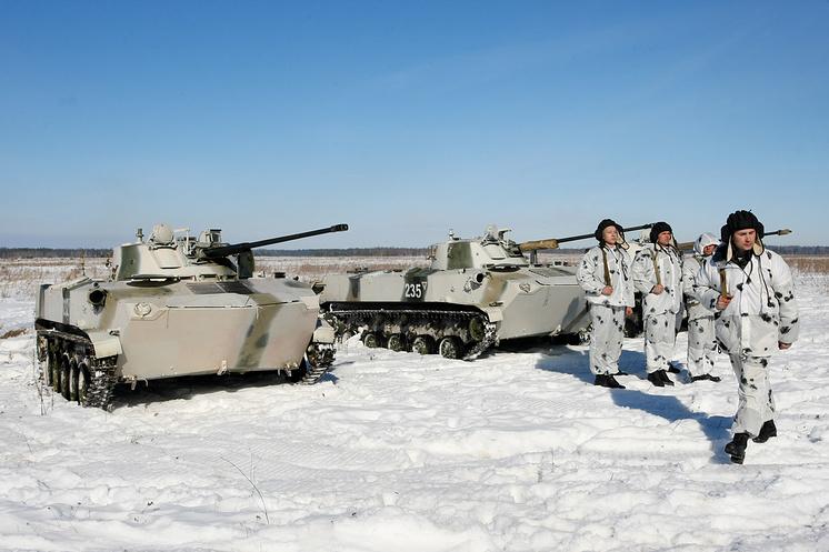 Военнослужащие после десантирования БМД-2