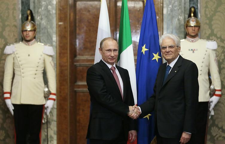 Президент РФ Владимир Путин и президент Италии Серджо Маттарелла (слева направо на первом плане) во время встречи в Квиринальском дворце